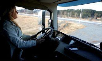 Journalisten Annette Eilert prøver CW-EB-systemet på Stora Holms Trafiktlats.
