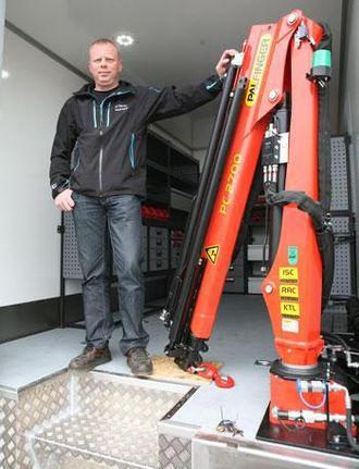Servicebilen er utstyrt med en Palfinger PC2700-kran, her mønstret av servicemekaniker Ingvar Skogerbø.