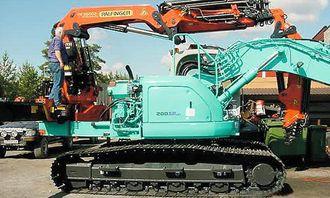 Ringerike Bil & Kran AS har utført påbyggerarbeidene; her er Palfinger-kranen kommet på plass.