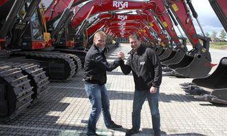 Distriktssjef Ove Folkvord (venstre) har solgt 100 Volvo-maskiner til Risa AS. Her med Risas innkjøpssjef Kjetil Friestad.
