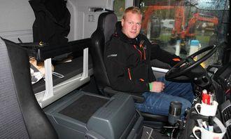 Det er mekaniker Morten Eide Raknes som er tildelt MAN-en som sin arbeidsbil. I tillegg til fasilitetene bak, har han seng og kjøleboks i førerhuset. Servicebiler er ifølge Raknes unntatt kjøre- og hviletiden siden de er å regne som utrykningskjøretøy, men han kjører likevel med sjåførkortet i fartsskriveren.