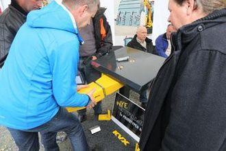 Edmund Varhaug viser prototypen på det nye Intruder-systemet til KVX til potensielle kunder.