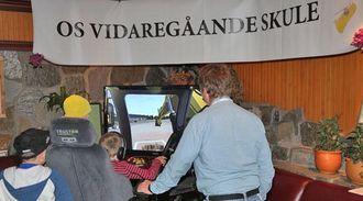 På standen til Solør og Os videregående skoler var det stor interesse for maskinsimulatoren.