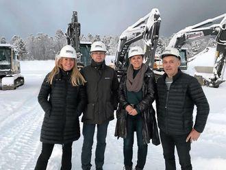 Julie Brodtkorb prioriterer høyt å reise til entreprenører og lokalavdelinger i Norge. Her er hun på besøk hos MEF i Finnmark og med entreprenør Kåre K. Kristensen.