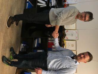 Daglig leder Øyvind Langemyr i Bertelsen & Garpestad (t.v.) og Pon-selger Kjell Vidar Hamre avbildet i forbindelse kontraktsinngåelsen.