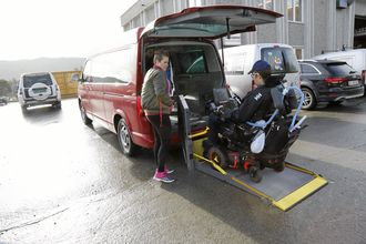 To sykepleiere fulgte Bjørn Åge Misund til jobb denne tirsdagen i høst. Ofte bidrar ansatte fra Geilo Tomteservice til transport mellom hjem og jobb.