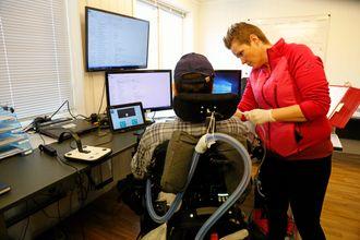 En hjelpepleier jobber med luftslangen på Bjørn Åge. Hjelpepleier må alltid være i nærheten.