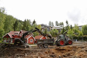 Den nye Kobelco-graveren i spann med Fendt traktor og dumperhenger fra Foss-Eik. Felles for alle er at lakken er svart. Og tøff!