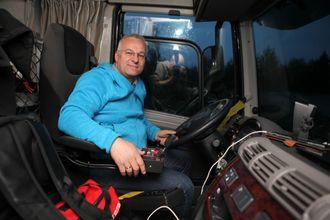 Einar Gullesen i DAF-førerhuset på Tatra-en. Brøyte-armlenet og Allison-girkassa på demobilen han sitter i på bildet er tilvalg. Monitoren fra ryggekameraet (med lyd) er standard for Tatra i Norge.