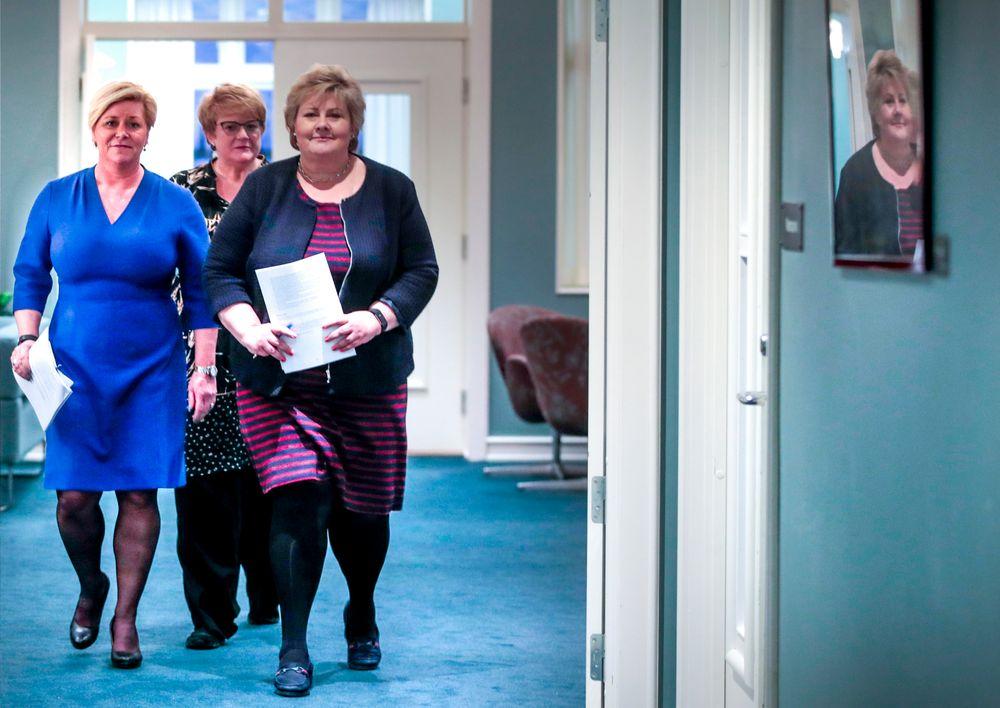 Partilederne Erna Solberg (H), Siv Jensen (Frp) (t.v.) og Trine Skei Grande (V) på Hotel Jeløy Radio etter at Venstre har besluttet at de vil gå inn i regjering med Høyre og Frp.