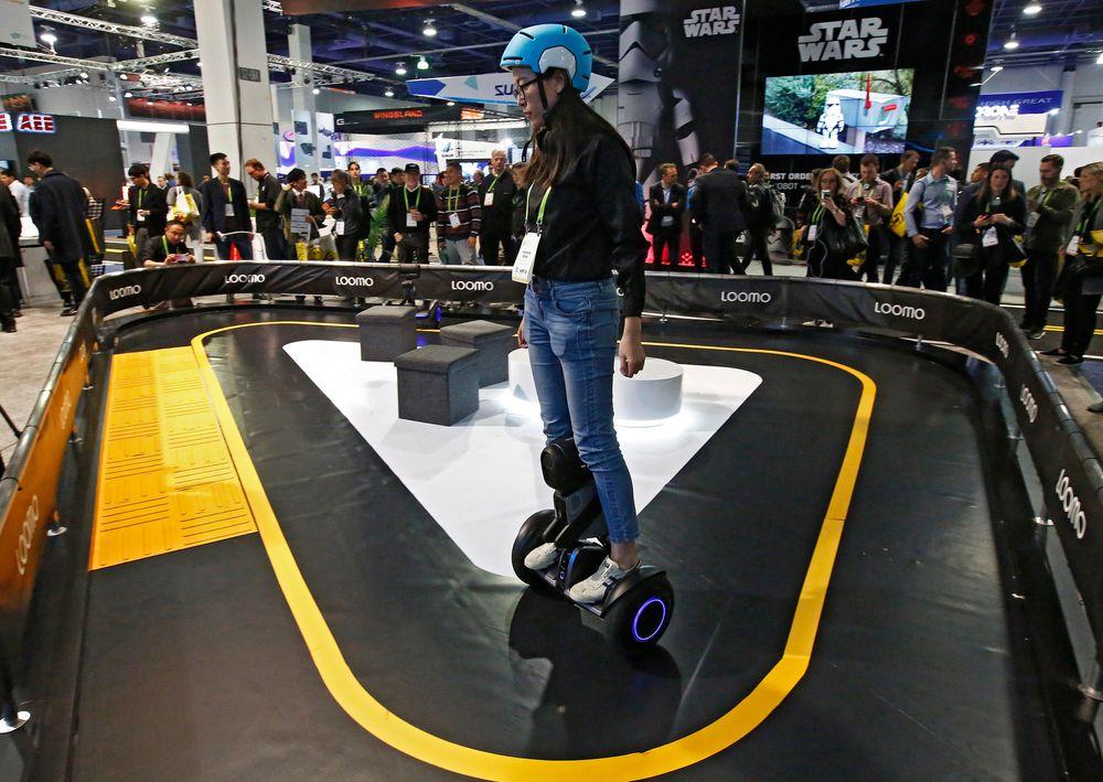 Samlingssted for nye ideer: En utstiller demonstrerer en Segway Loomo på åpningsdagen av den store elektronikkmessen CES i Las Vegas i starten av januar i år.
