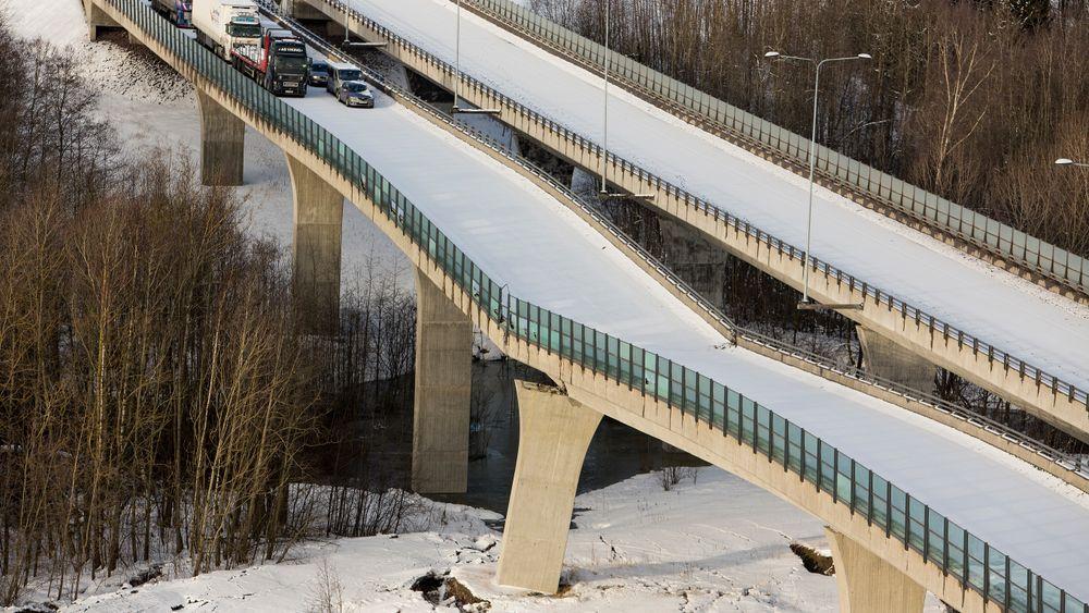 E18 i Vestfold ble stengt i begge retninger etter at Skjeggestadbrua i Holmestrand falt delvis sammen 2. februar 2015. Grunnforholdene medvirket til kollapsen.