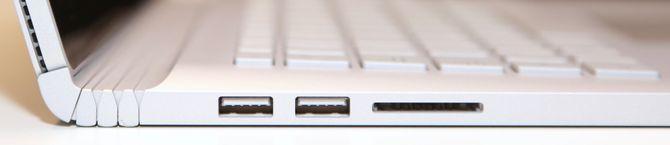 Det er to USB-utganger på venstre side, der du også finner en SD-kortleser.