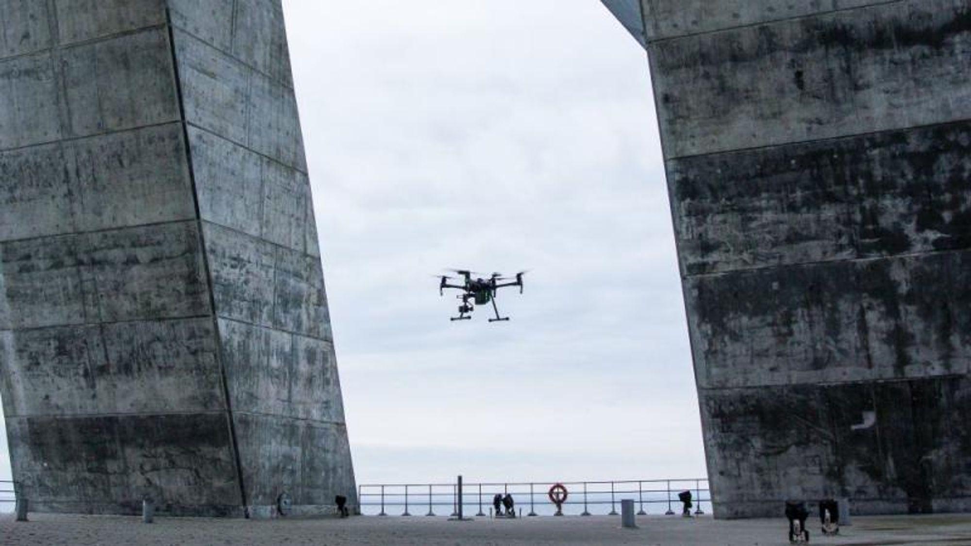 Det testes nå bruk av droner og stridsvogn-lignende roboter med sugeføtter til inspeksjon av ankerblokkene til brua.