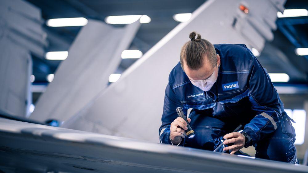 Vedlikehold på et av de 55 F-18C Hornet-kampflyene som Patria bygde på slutten av 90-tallet. Nå skal det etableres et kompetansesenter for missilsystemer hos Patria i Finland.