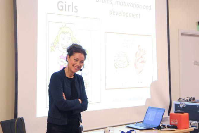 Det var høyt under taket da forsker og forfatter Ann Elisabeth Knudsen la fram sin forskning og forskjeller mellom jente- og guttehjerner i Asker under konferansen om menn i barnehage i regi av MIB Asker.