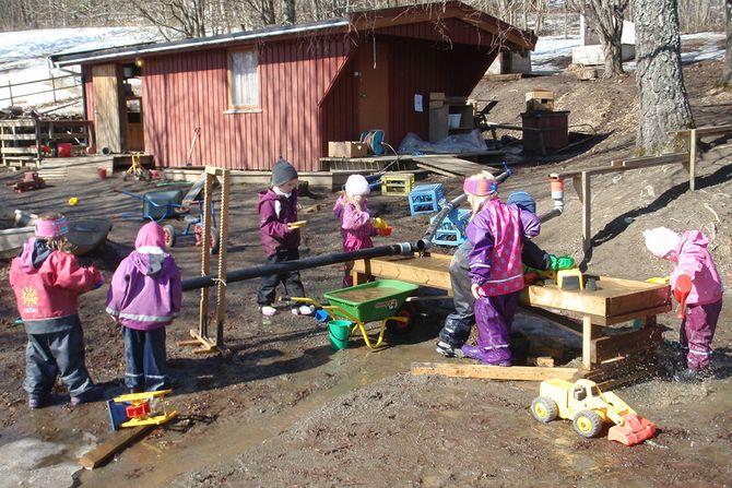 Vannlek med rørsystemer og pumper: Vårtun barnehage på Steinkjer vant Forskerfrøprisen 2015. Her er et av bildene som dokumenterer hvordan barnehagen bruker utelekeområdet som læringsarena for realfag.