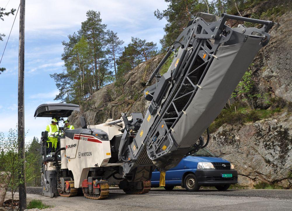 Gjenbruk: Her knuses gammel asfalt på fylkesvei 405 i Agder før den freses ned i eksisterende underlag og blir en del av veiens forsterkningslag. Som bindemiddel brukes ligninsulfonat.