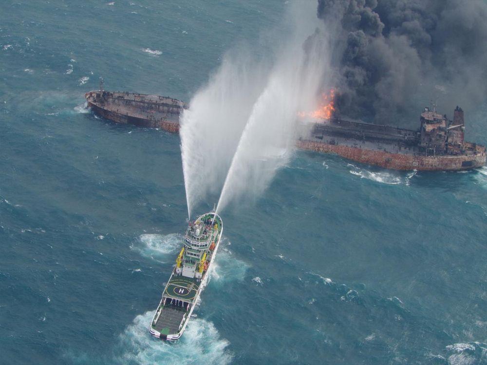 Forsøk på å slukke brannen om bord på den 274 meter lange oljetankeren Sanchi. Redningsmannskap kom seg om bord og hentet VDR-en (Voyage Data Recorder). Mannskapet på 32 omkom.