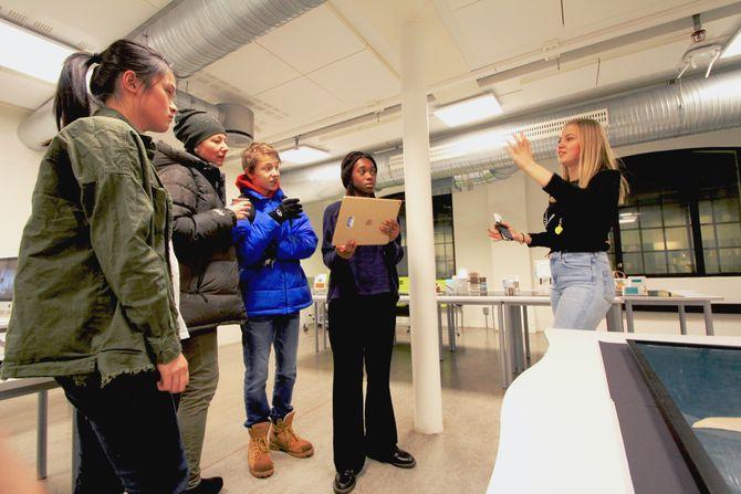 Elevene ved KDA gir de besøkende en innføring i AR og viser de arkitekturen de har jobbet med i det siste. Fra venstre: Tien tran (elev), Katia Stieglitz, Henrik Lee Stieglitz-Holter, Laura Weli (elev) og Lila H. Ulland (elev).