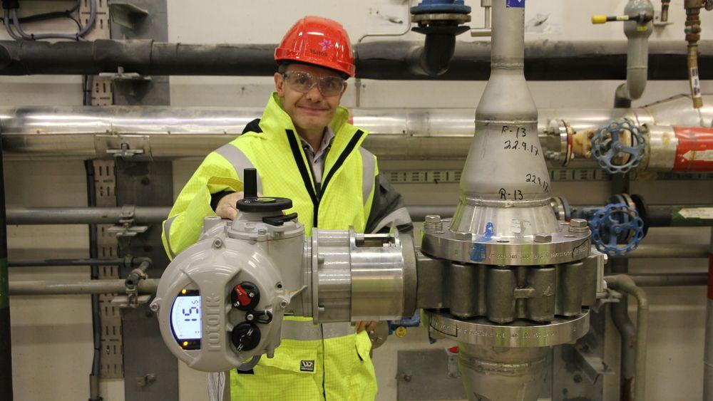 Erik Floberg er eneste mann i firmaet Hi Flo i Lørenskog. Han har utviklet den overstyrbare tilbakeslagsventilen han her er avbildet med, noe han tror kan spare oljebransjen for store summer.