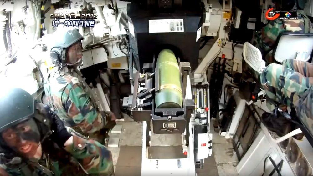 Dette bildet fra innsiden av ei K9-vogn viser automatisk lading av en 155 mm-granat. Da ulykken skjedde, lå det to drivladninger på gulvet under kanonen.