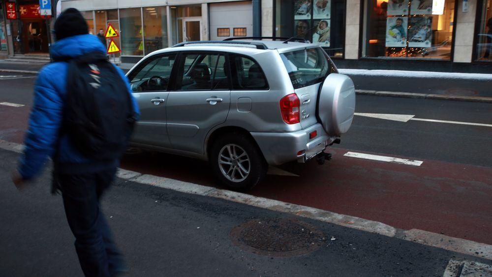 Man trenger ikke gå langt for å finne feilparkerte biler i Oslo sentrum etter at parkeringsplassene ble fjernet.