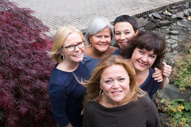 Bak fra venstre: Ingrid Anette Danbolt, Siri Haukenes, Nina Engesnes og Liv Anna Hagen. Foran: Elisabeth Anvik ved Musikkeseksjonen på barnehagelærerutdanningen ved Høgskolen i Oslo og Akershus (HiOA).