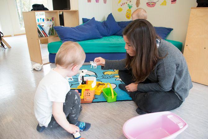 Det er svært få lærere per barn i spanske barnehager. Her leker spanske Natalia Turmo med et barn i Sandvedhaugen barnehage i Sandnes.
