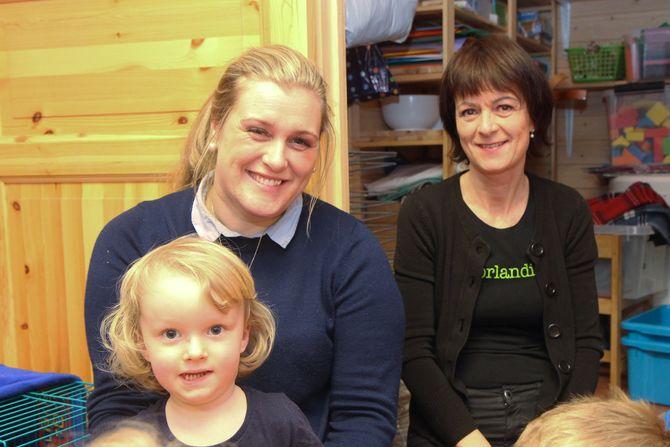Pedagogisk leder Christine Klette og daglig leder Jill Karin Mardal i Kjeldmyrlia Norlandia barnehage, her med fire år gamle Heine på fanget.