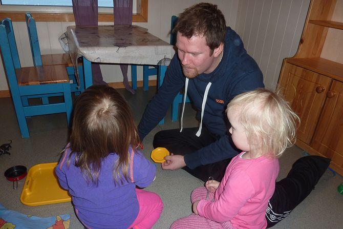 Barnehagelærer Stian Pedersens kronikker om barn blir svært godt mottatt. Her er han på jobb, med to toåringer i Trollskogen barnehage.