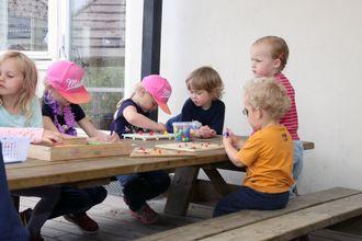 De voksne tar gjerne perler, tegnesaker og puslespill med ut, slik at barna har noe gøy å holde på med i skyggen under hageteltet.
