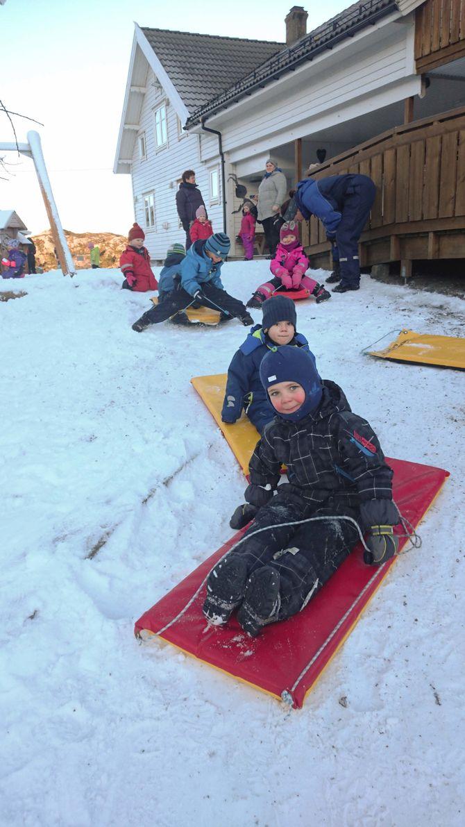 Langøy friluftsbarnehage har til og med kjøpt snøkanon for å kunne gi ungene en smak av vinter.