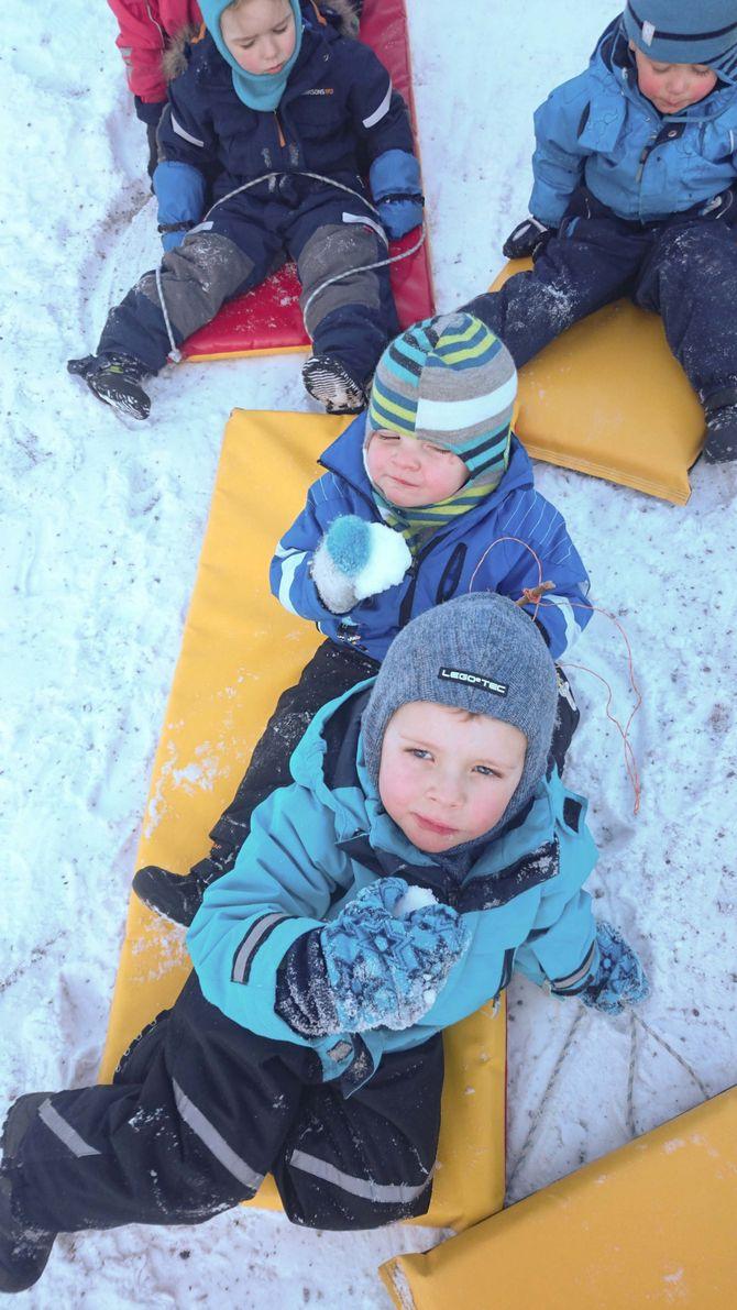 For ungene i Langøy friluftsbarnehage, er det ikke hverdagslig å spise snø.
