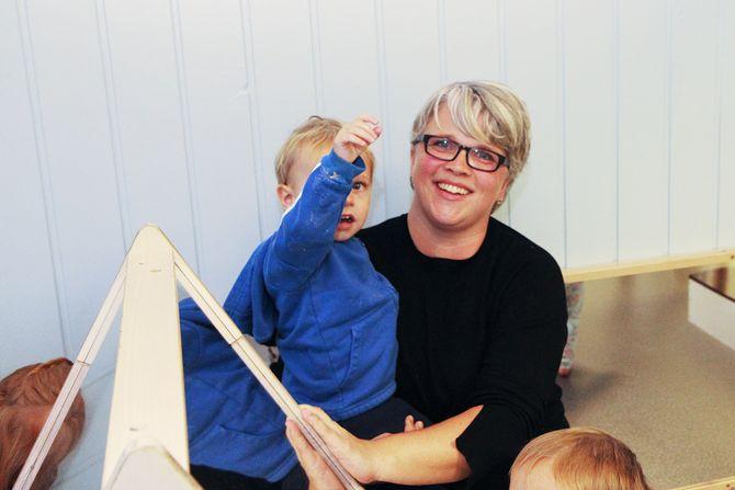 Det er mye kjærlighet og fysisk nærhet i Maurtua barnehage. - Alle barn skal kjenne at de er likt og ønsket, sier barnehagelærer Trude Kroken.