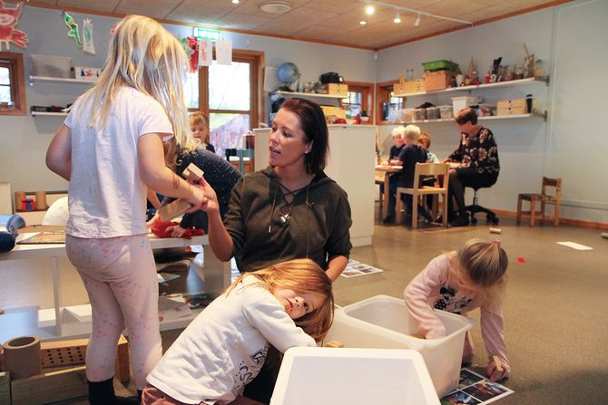 Barnehagelærer Elisabeth Bakken i Maurtua barnehage i Hokksund lager bondegård sammen med en liten gruppe jenter. Oppdelingen er typisk for barnehagen, der barna blir delt inn i små, oversiktlige grupper der den ansatte har full oversikt og kan se og samtale med alle. I bakgrunnen er to smågrupper til, med hver sin ansatt.