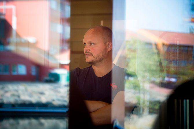 – Jeg har vært her i 23 år. Det er veldig positive folk her og jeg får holde på med det som jeg liker aller best, musikk og drama, sier verneombud og fagarbeider Kjetil Sørensen.