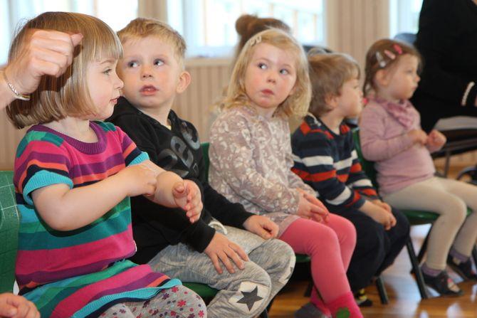 Følger nøye med: – Når barna kommer inn, utløser det en slik glede hos de eldre, sier aktivitetskoordinator ved Ladesletta helse- og velferdssenter, Marit Brodal. Hun legger til at samværet skal være like oppbyggende for de små og skje på deres premisser.