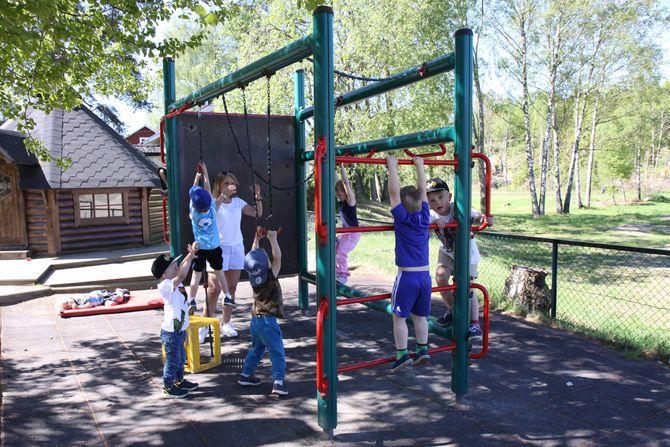 Barna leker ute i det fine sommerværet.