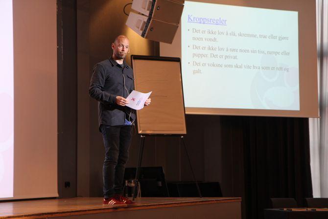"""Psykologspesialist ved Statens Barnehus i Tromsø, Are Evang, leser opp eksempel på kroppsregler for en fullsatt sal med barnehagelærere under konferansen """"Livsmestring og helse"""" arrangert av Utviklingsforum og Tromsø kommune."""