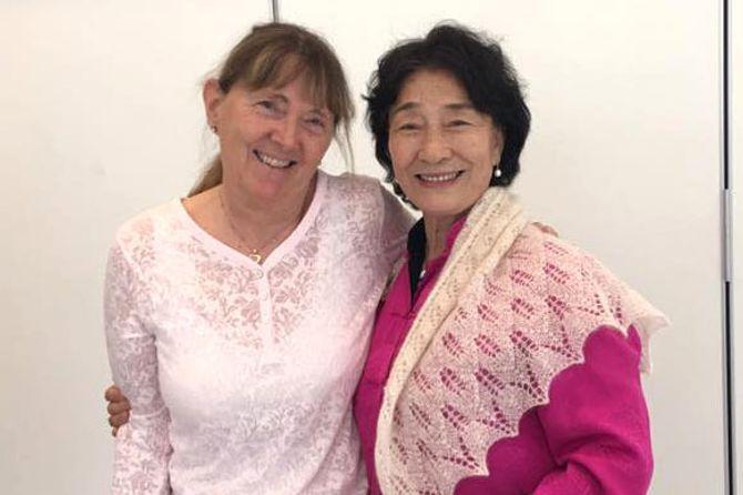 Lise Lyngar er svært godt fornøyd med å få besøk av Grand Master Fan Xiulan.
