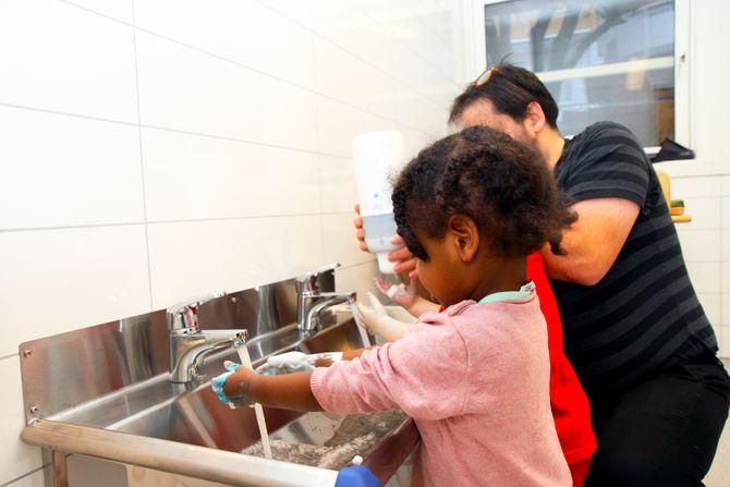 Noe av det første Kanvas gjorde da de overtok Lindebergstua barnehage av Oslo kommune, var å skifte ut luftanlegget og pusse opp innvendig. Spesielt fikk bad og stellerom en skikkelig overhaling. Her er det Ayan Abbas (2) som får hjelp til håndvasken.