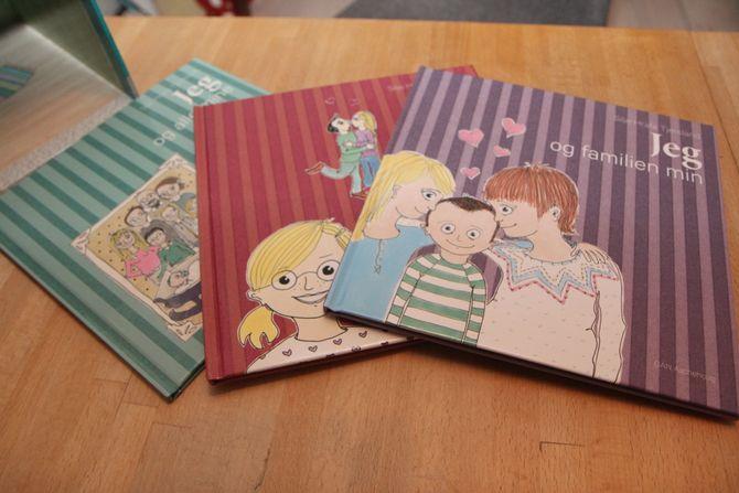 """""""Familier - ulike og unike"""" består av tre små barnebøker, et lekehus med figurer fra bøkene og en CD med barnesanger knyttet til temaet. Tjersland står selv for tekster, illustrasjoner og musikk."""