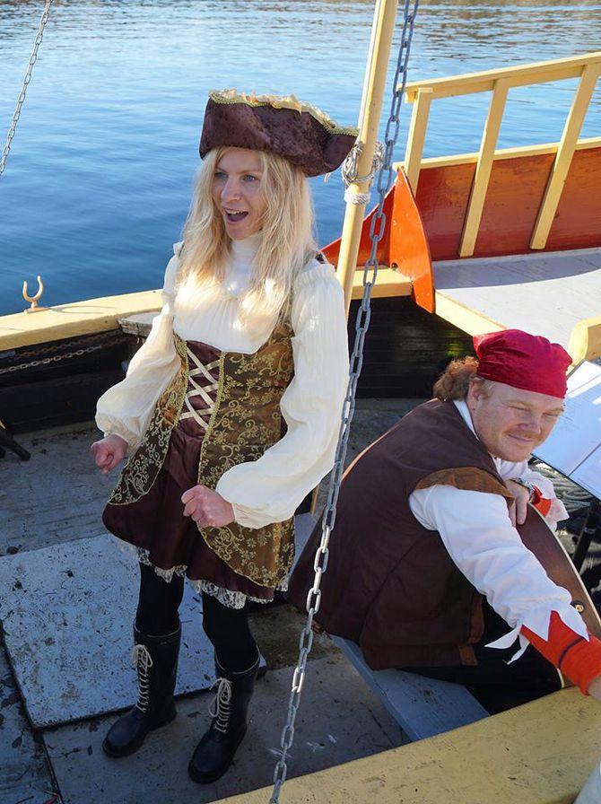 Kaptein Lise Lauvik, litt vill i blikket, som jo sjørøverkapteiner gjerne er.