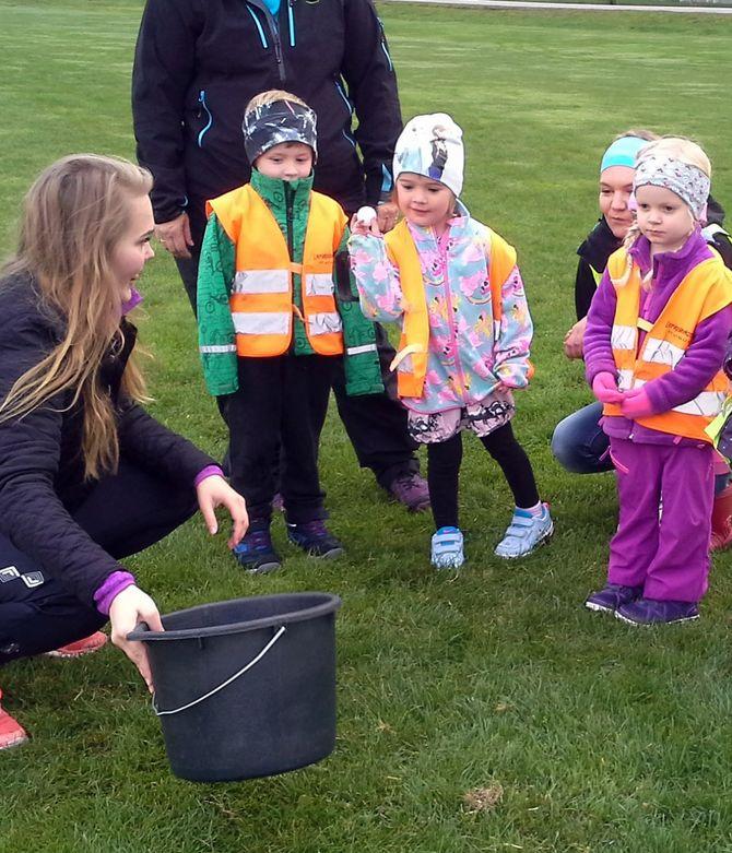 Elevene fra idrettslinjen på Eidsvoll videregående skole inviterte barnehagebarna til aktivitetsdag.