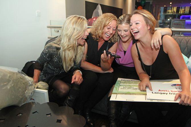 - Vi vant! Del det på Facebook! jublet fire glade representanter for Langøy friluftsbarnehage da de tok prisen Årets barnehage 2016. F.v: Eier Lise Lauvik og pedagogiske ledere Susanne Hetlevik, Kine Henriksen og Madeline Børnes.