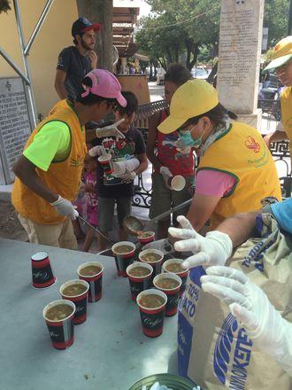 En av oppgavene til Andersen og de andre frivillige var å dele ut frokost, lunsj og middag til 1 700 personer.