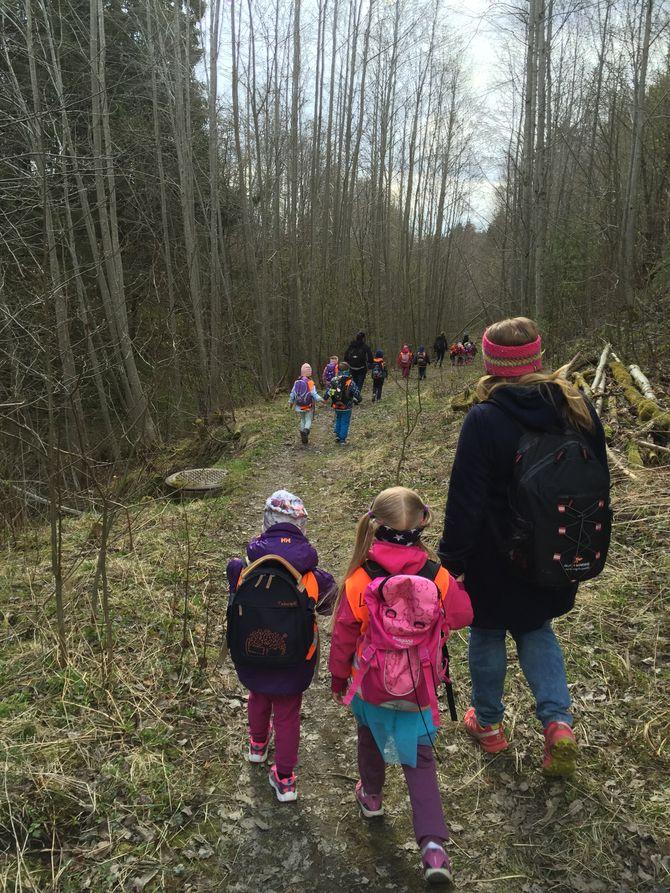 På vei hjem fra konsert gikk «Lykketrollene» en snarvei gjennom skogen og ned til bussen. – Det var nesten som en eventyrskog, sier Merete Johnsen.