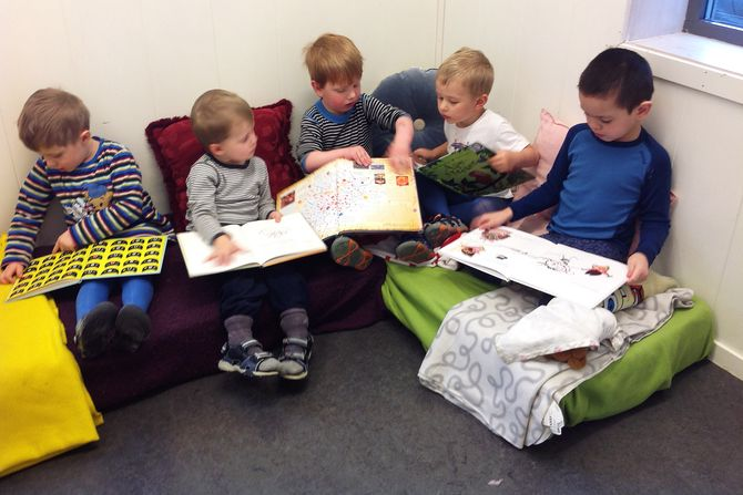 Oscar, Oliver, Alexander, Trygve og Fredrick innvier lesekroken.