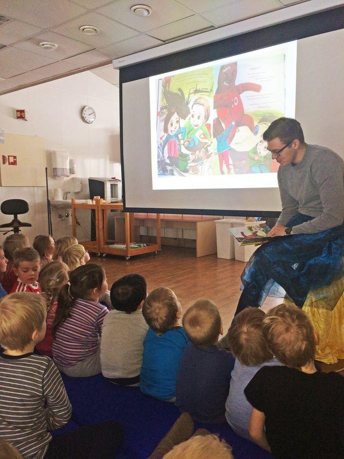 """Eirik Schrøder (leder i Oppvekstkomiteen i Trondheim kommune) kom på besøk i Granåslia barnehage og leste bok. Barnehagen hadde valgt ut boka """"Kunsten å møte en bjørn"""" som handler om mobbing."""